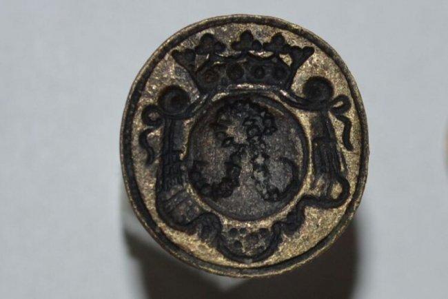 На печати изображена латинскаябуква«R» и корона \ volynpost.com
