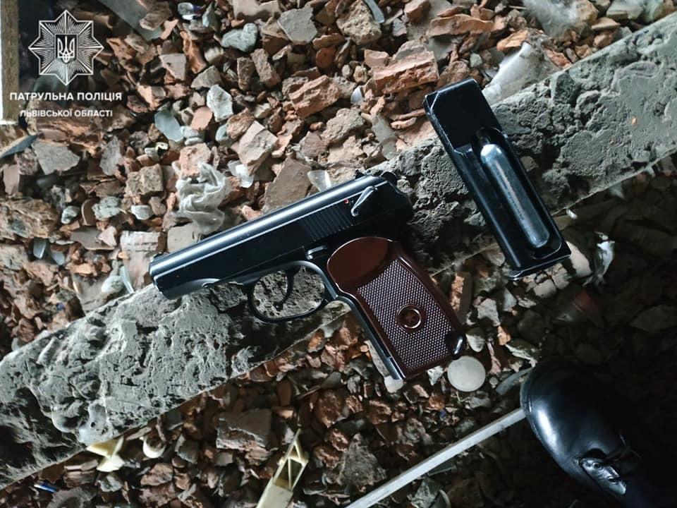 У одного з підлітків поліція вилучила предмет, схожий на пістолет, та газовий балончик / Фото: Facebook, патрульна поліція Львівської області