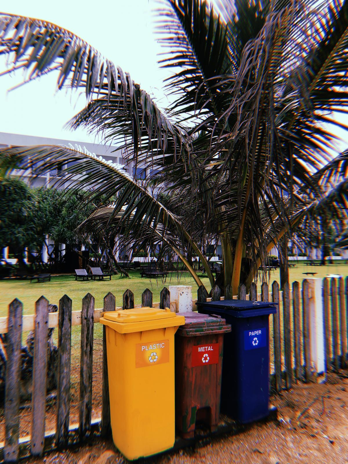 На территориях возле отелей мусор тщательно собирают и даже сортируют / Фото Вероника Кордон