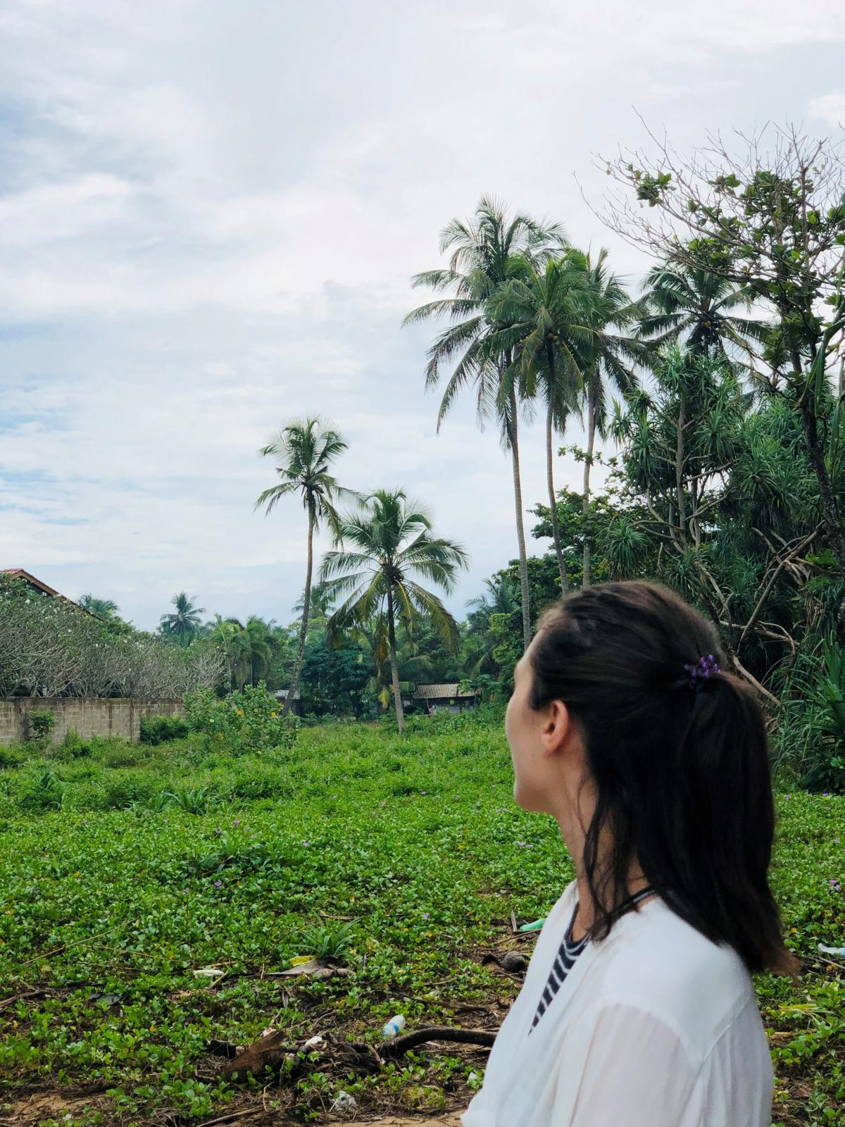 Тогда как позади меня в джунглях – много пластиковых отходов / Фото Вероника Кордон