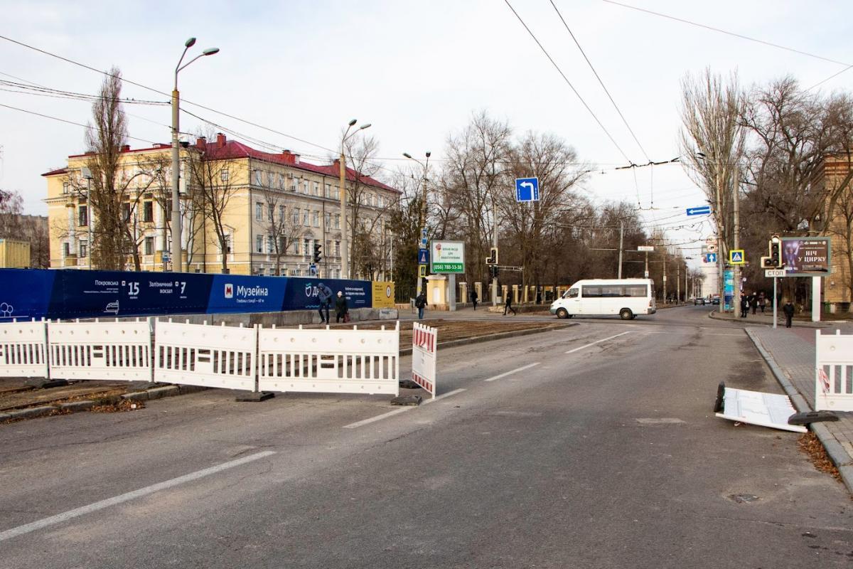 Через два месяца возле аварийного общежития восстановили движение транспорта / фото горсовета Днепра