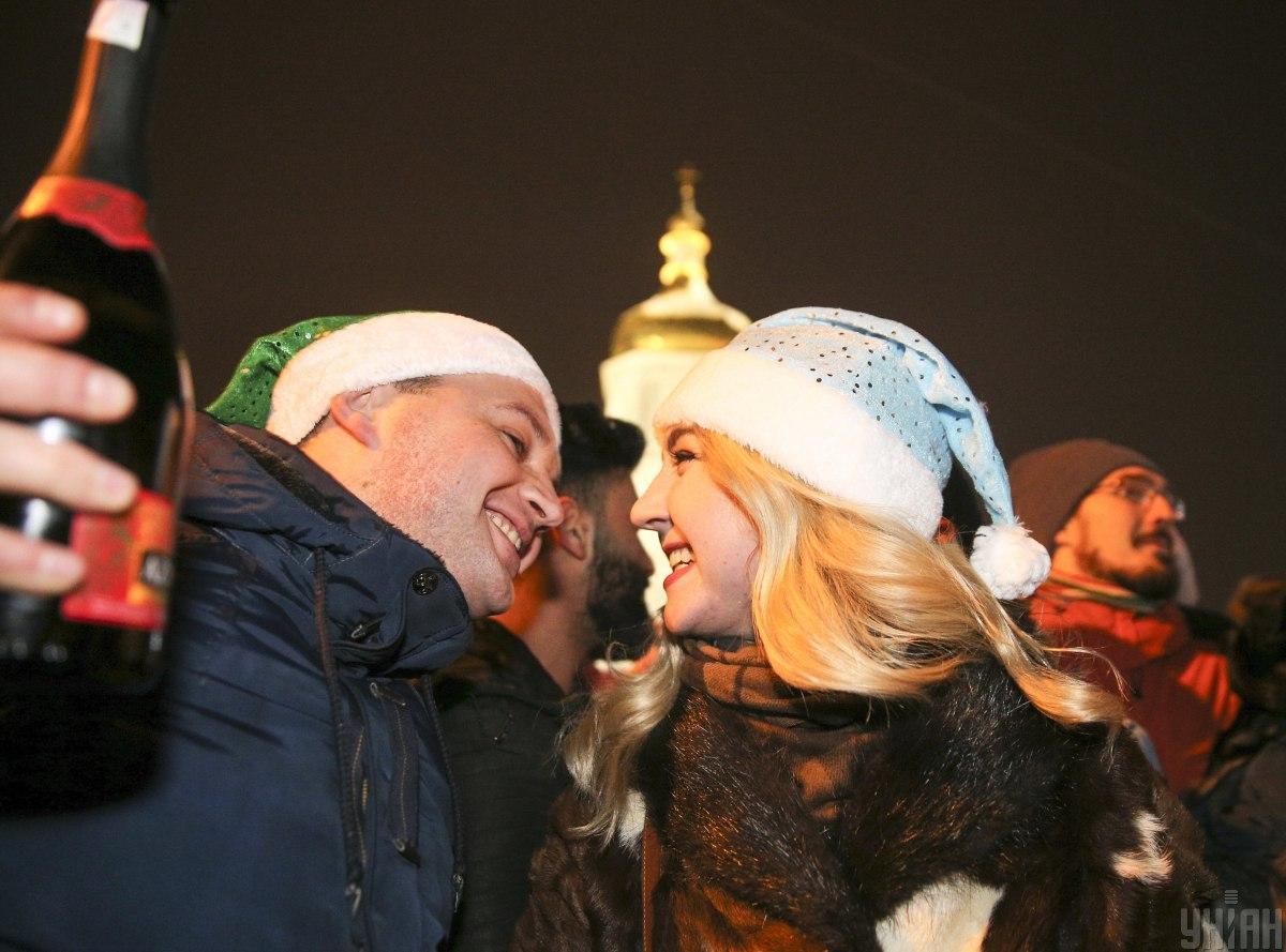 Що одягнути на Новий рік? Якщо ви з коханою людиною – сміливо експериментуйте з образами. Не бійтеся бути кумедними/ Фото УНІАН