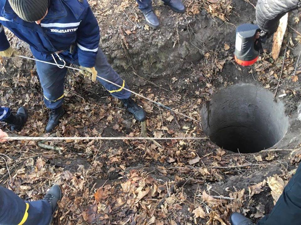 Тело убитого извлекли из колодца / фото: прокуратура Киева