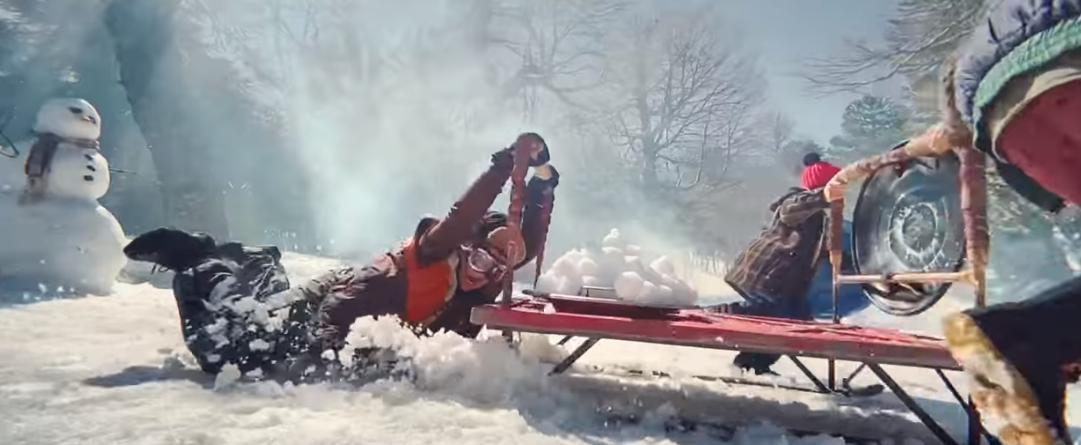 На видео показана битва снежками \ скриншот с видео