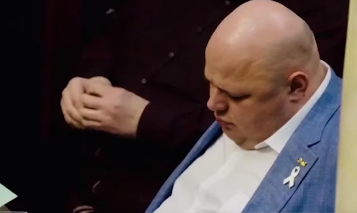Розбудив депутата колега Юрій Корявченков / Скріншот