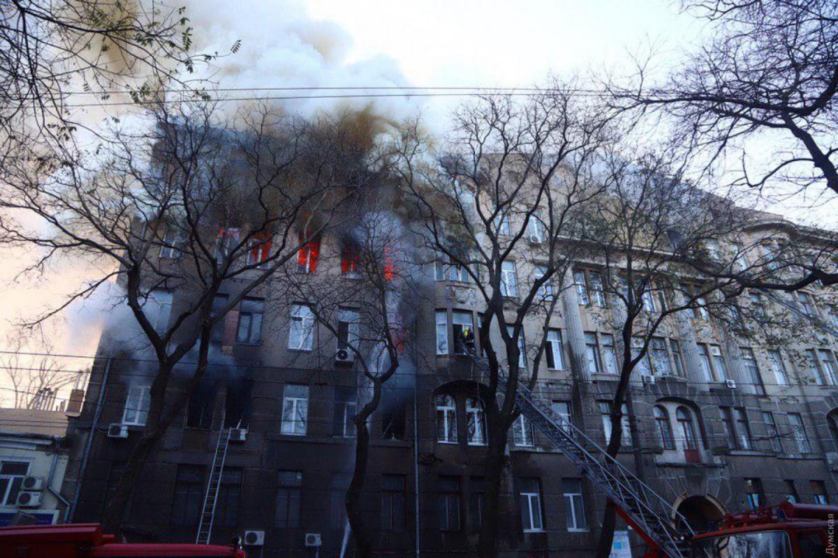 В Одесі кількість загиблих при пожежі в коледжі зросла до чотирьох / фото Думська
