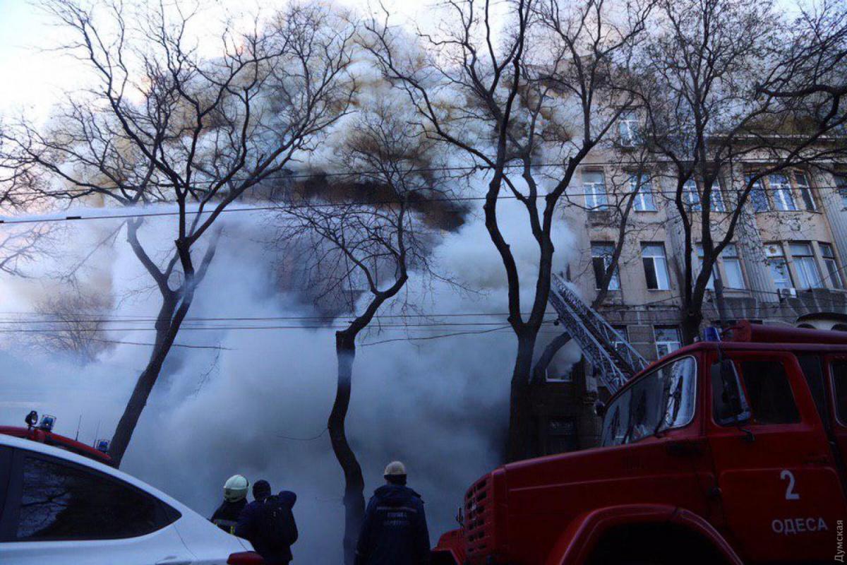 Вцентрі Одеси сталася пожежа в навчальному корпусі коледжу економіки, права та готельно-ресторанного бізнесу \ Думська