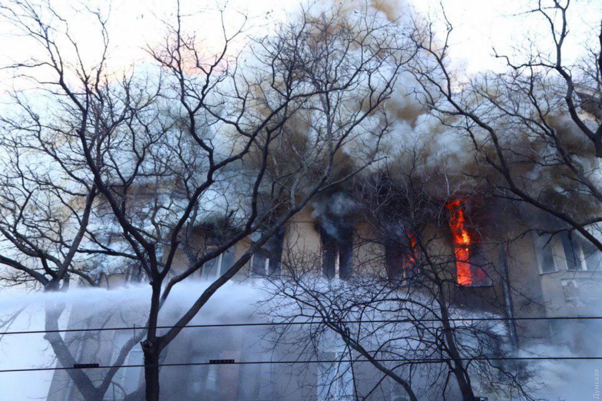 В помещении колледжа, где произошел пожар, до сих пор работают спасатели / Думская