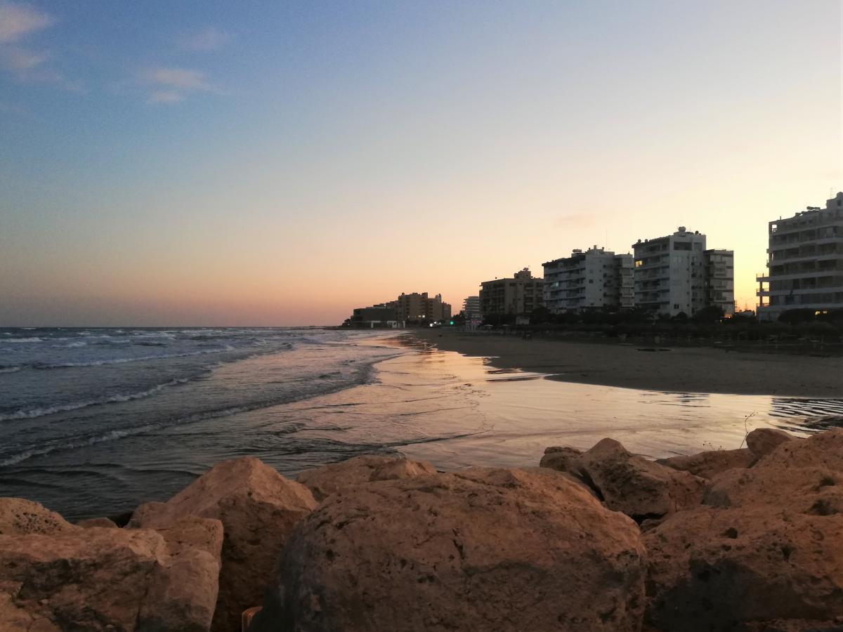 ПляжМаккензи в Ларнаке - любимое место отдыха горожан / Фото Марина Григоренко