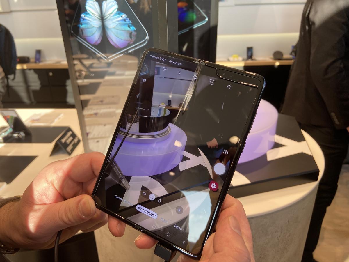 Коштувати гнучкий смартфон від Samsung буде близько 57 тисяч гривень / фото Liga.net