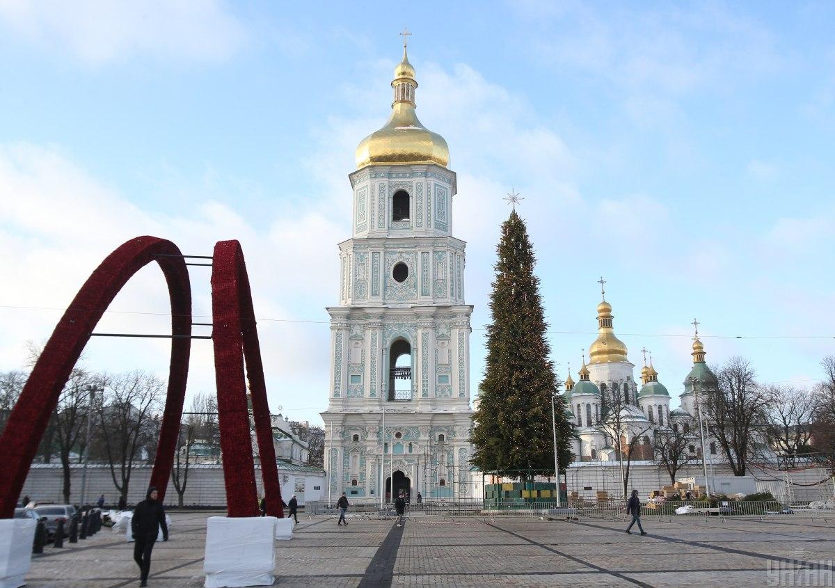 Главную елку украсили новогодними огоньками и игрушками / фото УНИАН