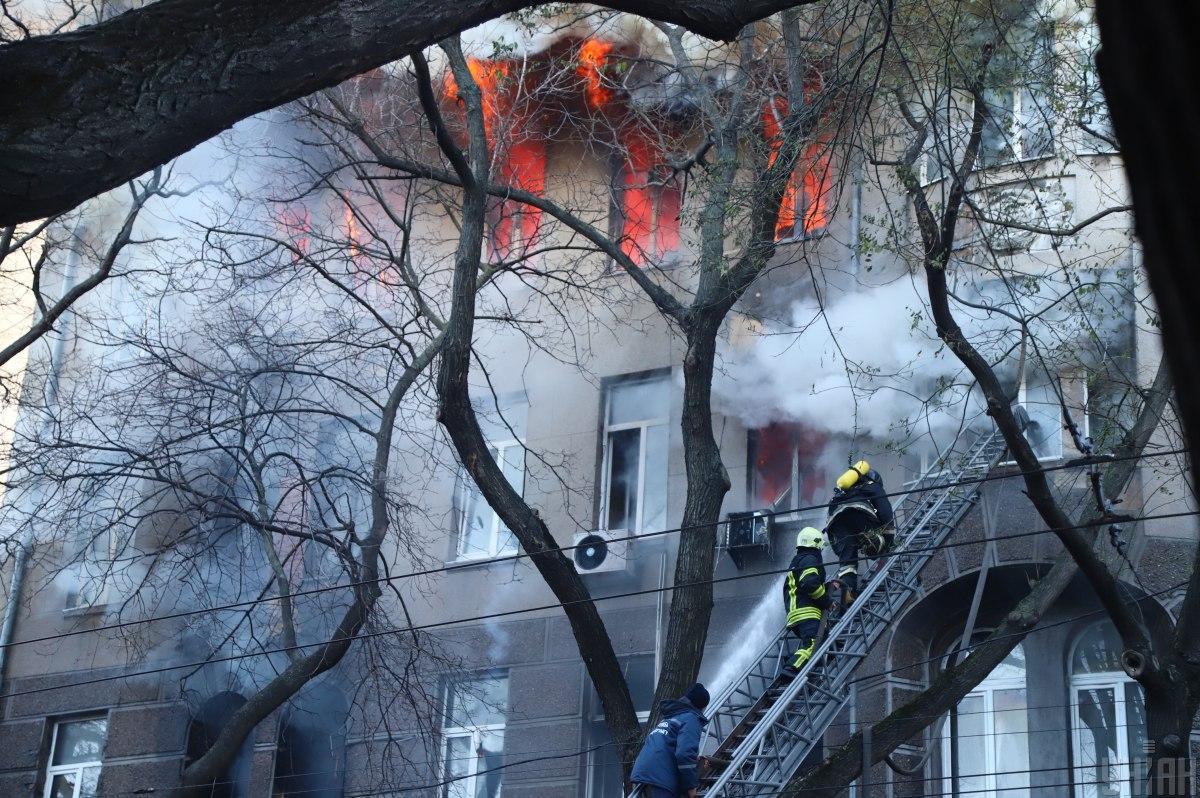 Пожар начался на территории колледжа, на третьем этаже 6-этажного учебного корпуса / фото УНИАН