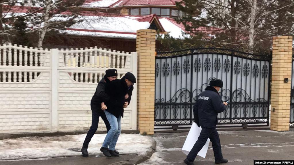 Художник пришел просить прощения уукраинского посольства / фото: Радио Азаттык