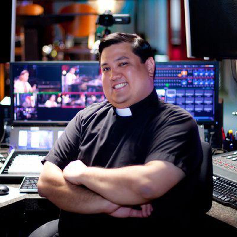 Священник Роберт Баллесер в прошлом был техническим консультантом / twitter.com