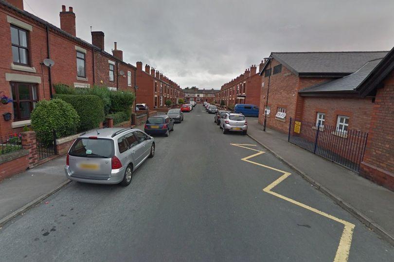 Полиция проводит расследование и выясняет обстоятельства произошедшего/ Clarence Street, Leigh фото: Google Maps
