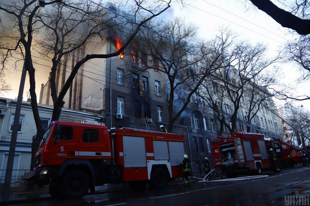 Пламя в столетнем здании с внутренними перекрытиями из камыша распространилось слишком быстро / фото УНИАН