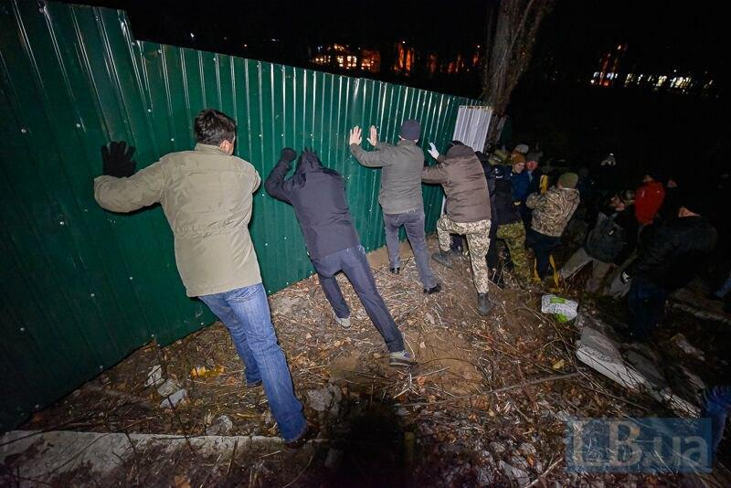 Протестующие снесли забор вокруг стройки / фото lb.ua