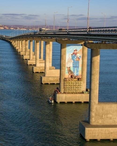 """Велике графіті з котом Містком і будівельником намалювали на Кримському мосту / """"Лента.ру"""""""