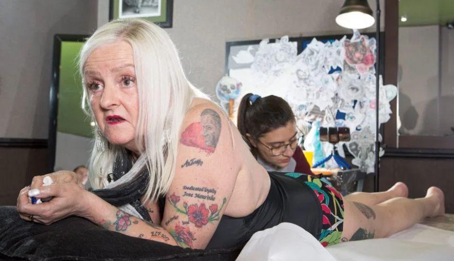 Прихильниця Жозе Моуріньо в тату-салоні / фото: thesun.co.uk