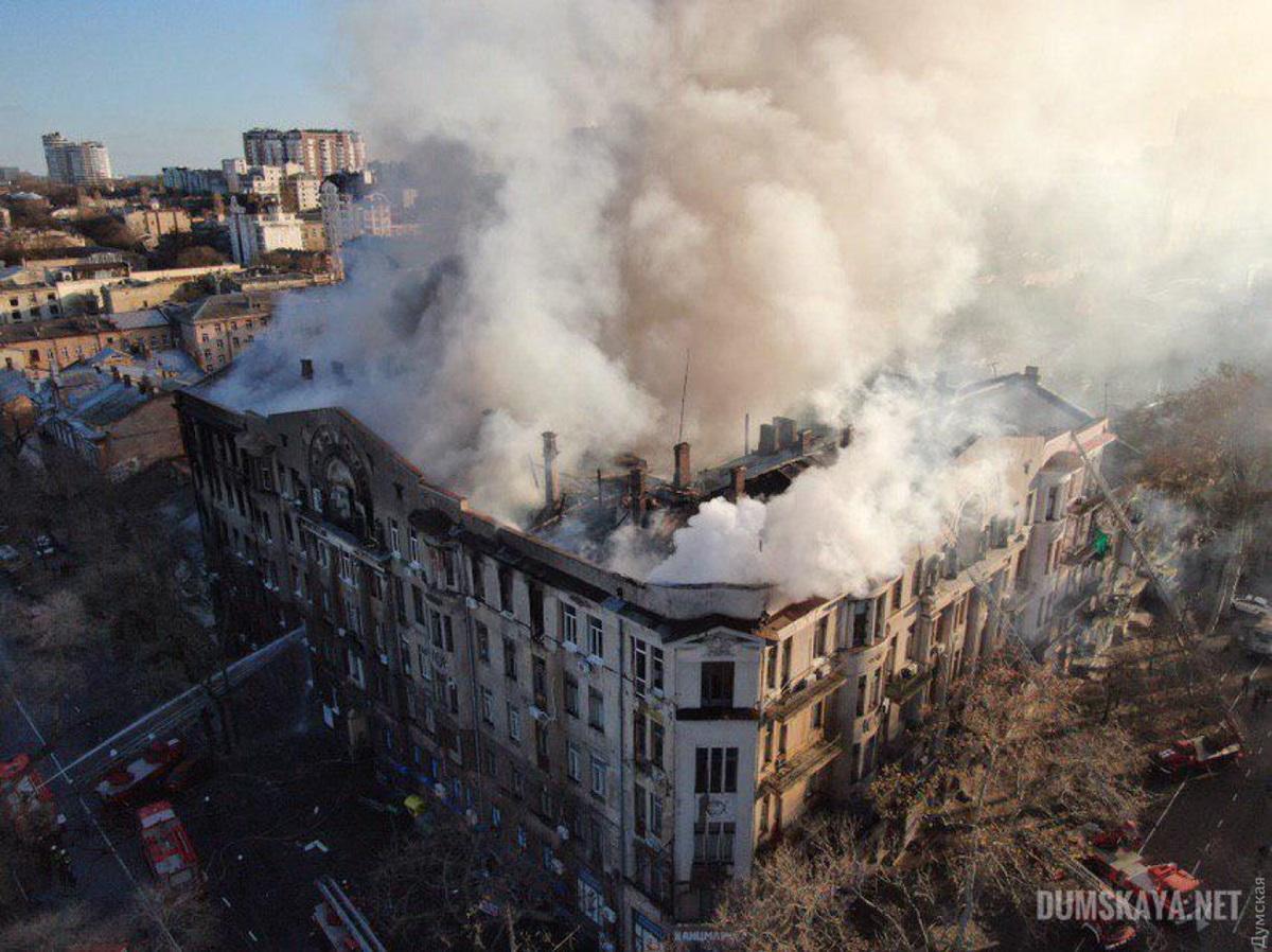 Поиски пропавших в результате пожара в колледже продолжаются / фото: Думская