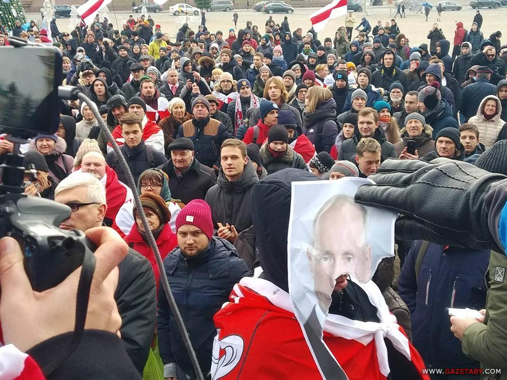 Активисты в Минске порвали Путина / фотоgazetaby.com