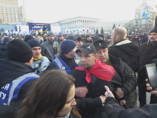 Мужчина бросил яйца у Порошенко / фото: Цензор.нет