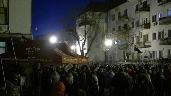 На Банковой собрались уже более тысячи человек / фото Эльдар Сарахман, УП