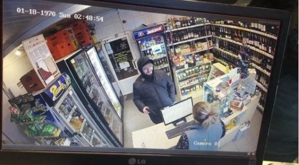 Камера зафиксировала, как злоумышленник держит пистолет и улыбается / фото Игоря Зинкевича