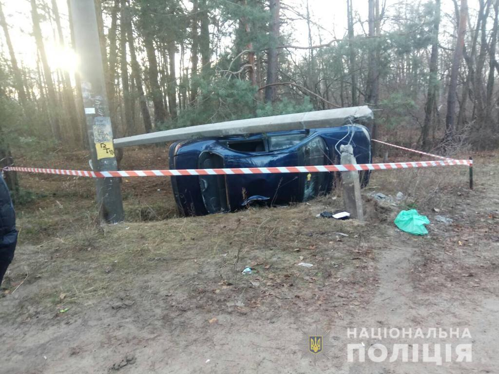 Автомобиль столкнулся с бетонной опорой / фото npu.gov.ua