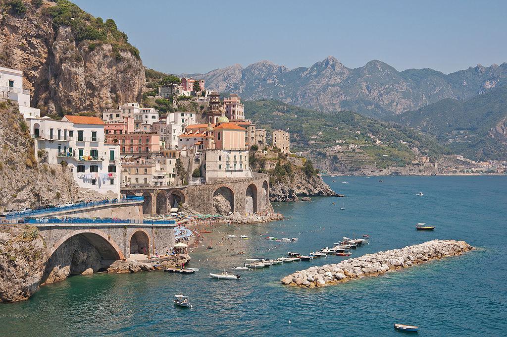 Амальфітанське узбережжя в Італії - один з найкращих напрямків для соло-туристів / Фото en.wikipedia.org/Paolo Costa Baldi
