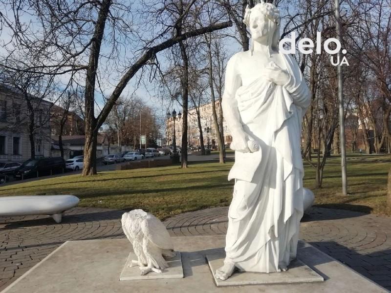 Уже второй раз орлу отбили голову / фото: delo.ua