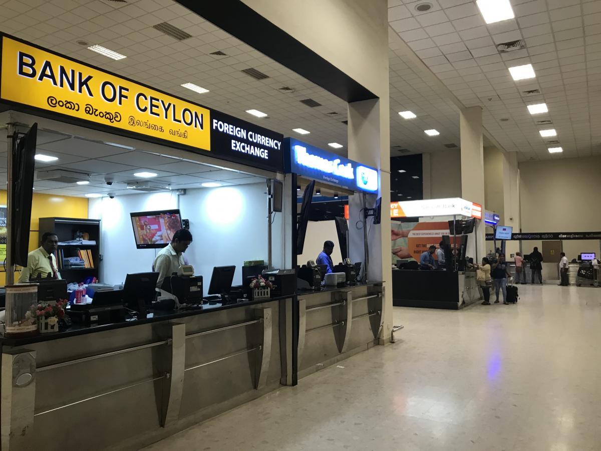 Деньги можно поменять просто в аэропорту / Фото Вероника Кордон