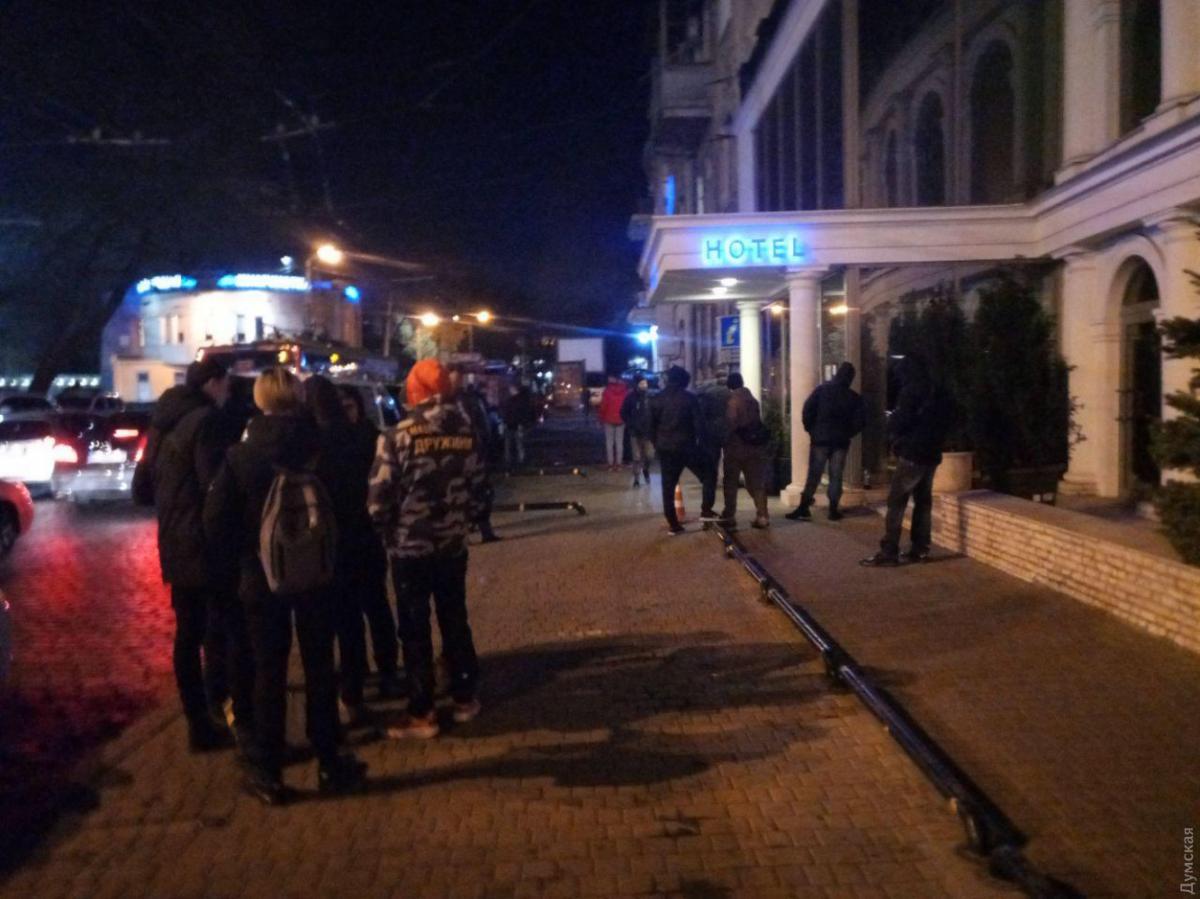 Активісти виклали біля входу шини, після чого зайшли досередини/ dumskaya.net