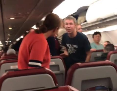 Актор Олексій Панін влаштував дебош в літаку / скріншот з відео