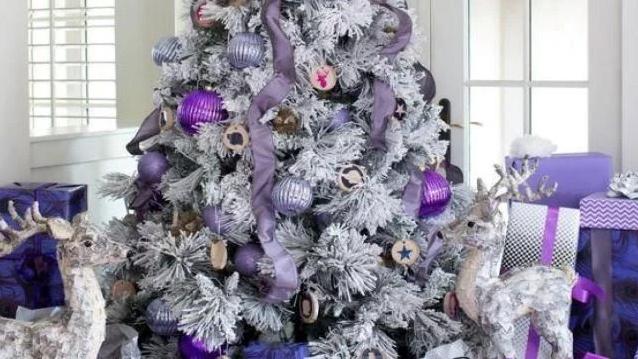Новогодняя елка 2020 в белом цвете, разбавленная фиолетовыми и сиреневыми украшениями /фото из открытых источников