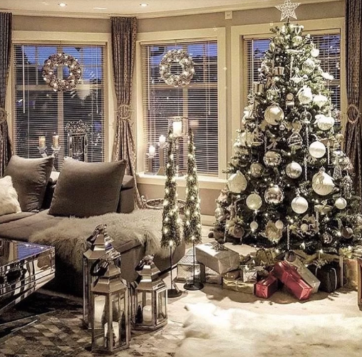 Новогодняя елка может быть оформлена в белом цвете / фото из открытых источников