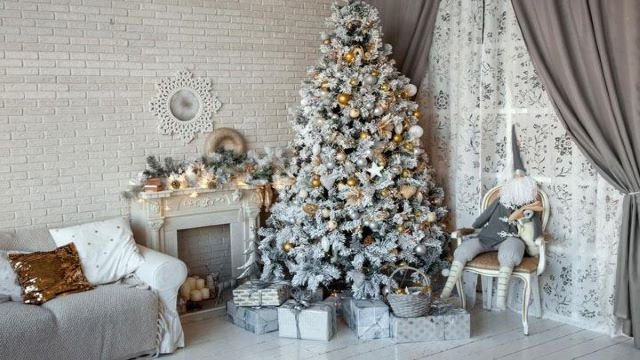 Новогодняя елка может быть и с добавлением золотистого / фото из открытых источников