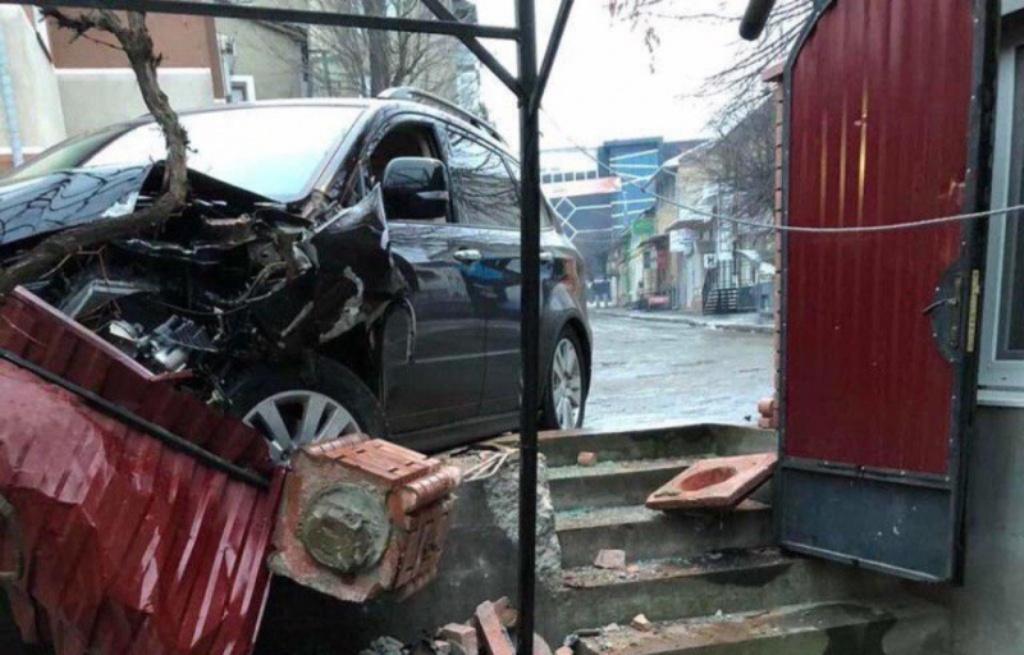 Під час переслідування патрульний не встиг загальмувати і розбив службовий Mitsubishi / фото: очевидців з соцмереж
