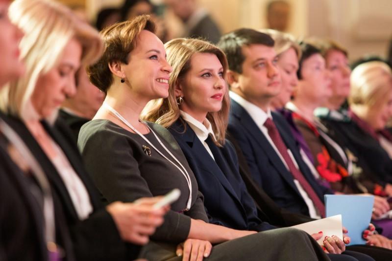 На Третий Украинский женский конгресс Елена Зеленская пожаловала в стильном брючном костюме, который она часто выбирает для официальных мероприятий / фото president.gov.ua