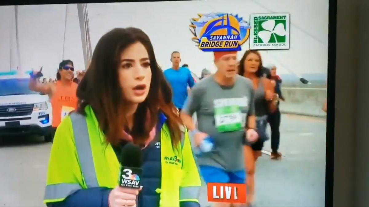 Один з бігунів ляснув репортерку по сідницях / скріншот