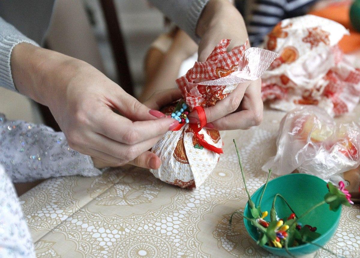 Подарок своими руками – один из самых оригинальных, но требует много времени / Фото УНИАН