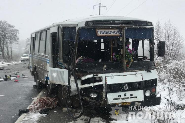 Между селами Чистилов и Великий Глубочек не разминулись автомобиль Dacia Logan и рейсовый автобус / фото: Нацполиция