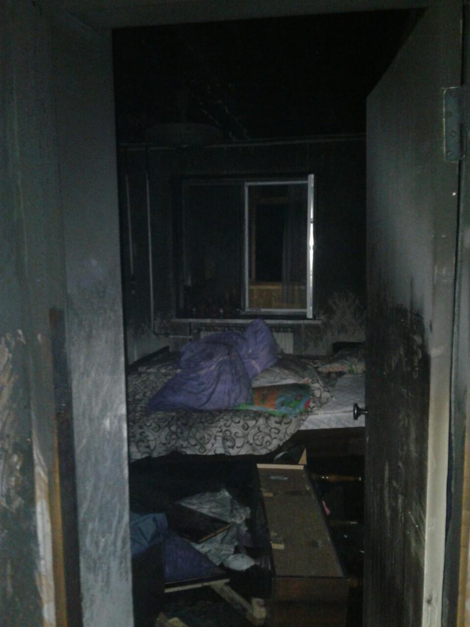 На момент прибуття рятувальників у кімнаті горіли домашні речі на площі близько 10 кв.м / Фото: ДСНС