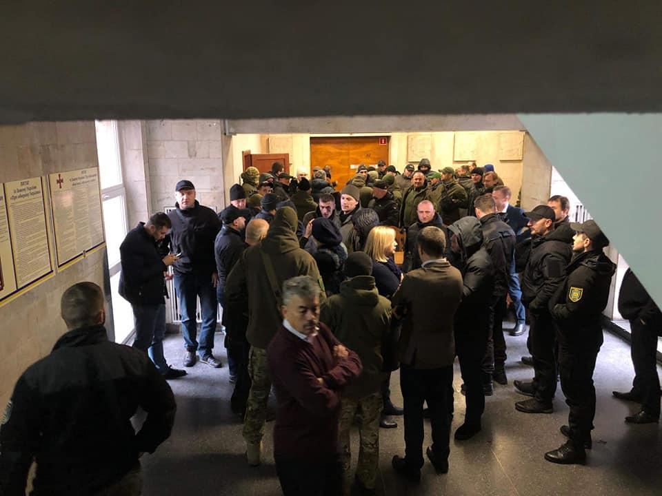 Во Львове на сессию городского совета пришли добровольцы с вопросами кСадовому/ фото facebook.com/hrystyna.protsak