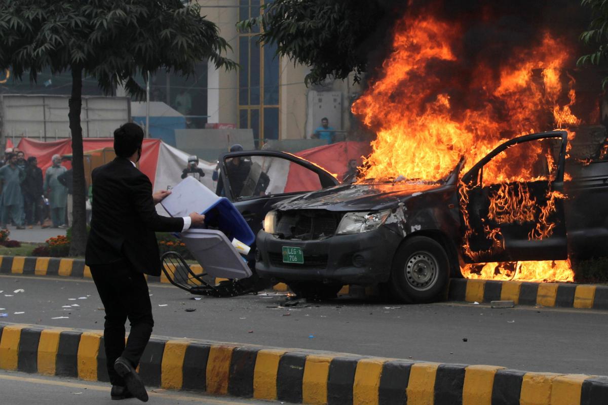 В Пакистане юристы напали на врачей и пациентов больницы / REUTERS