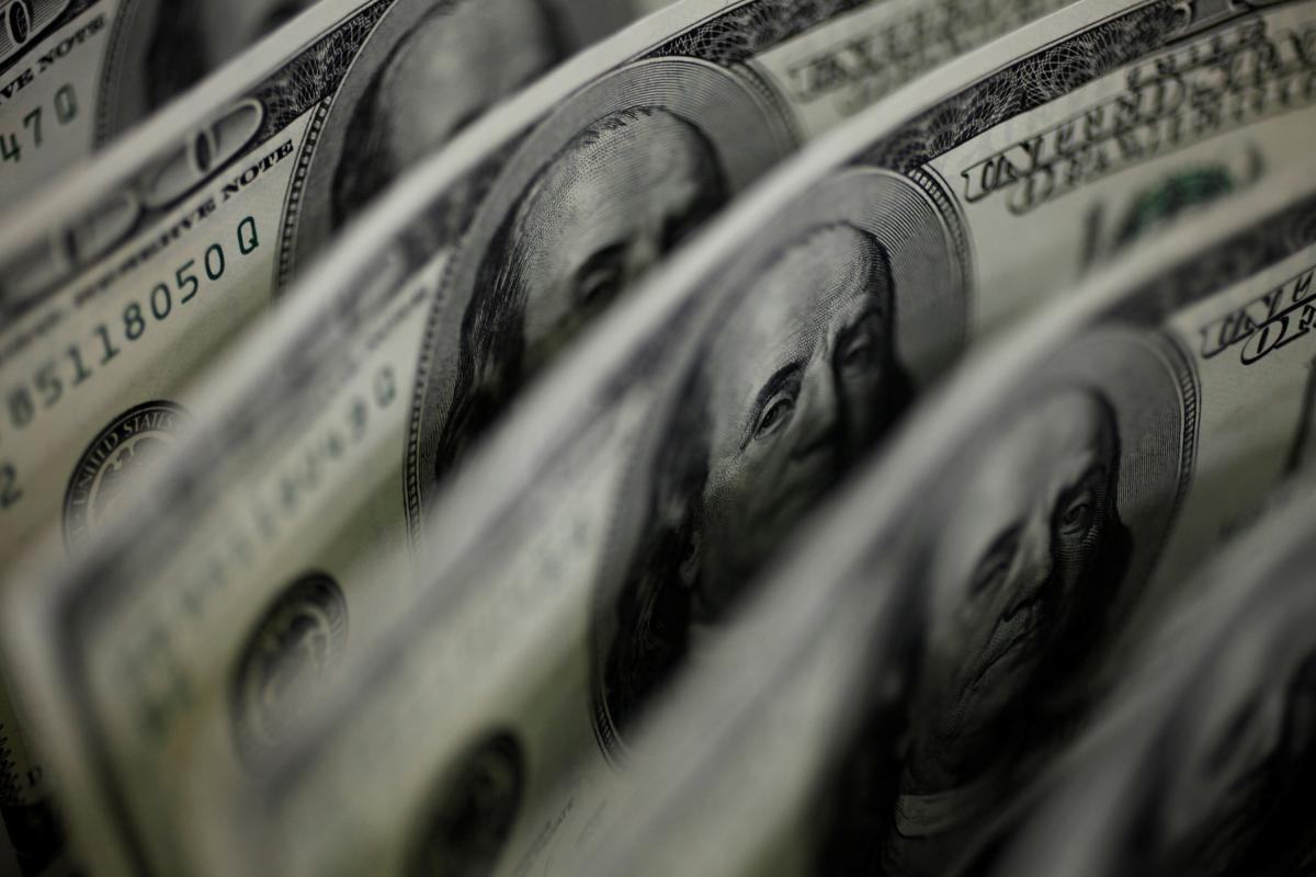 НБУпродолжает скупать валюту на межбанке / REUTERS