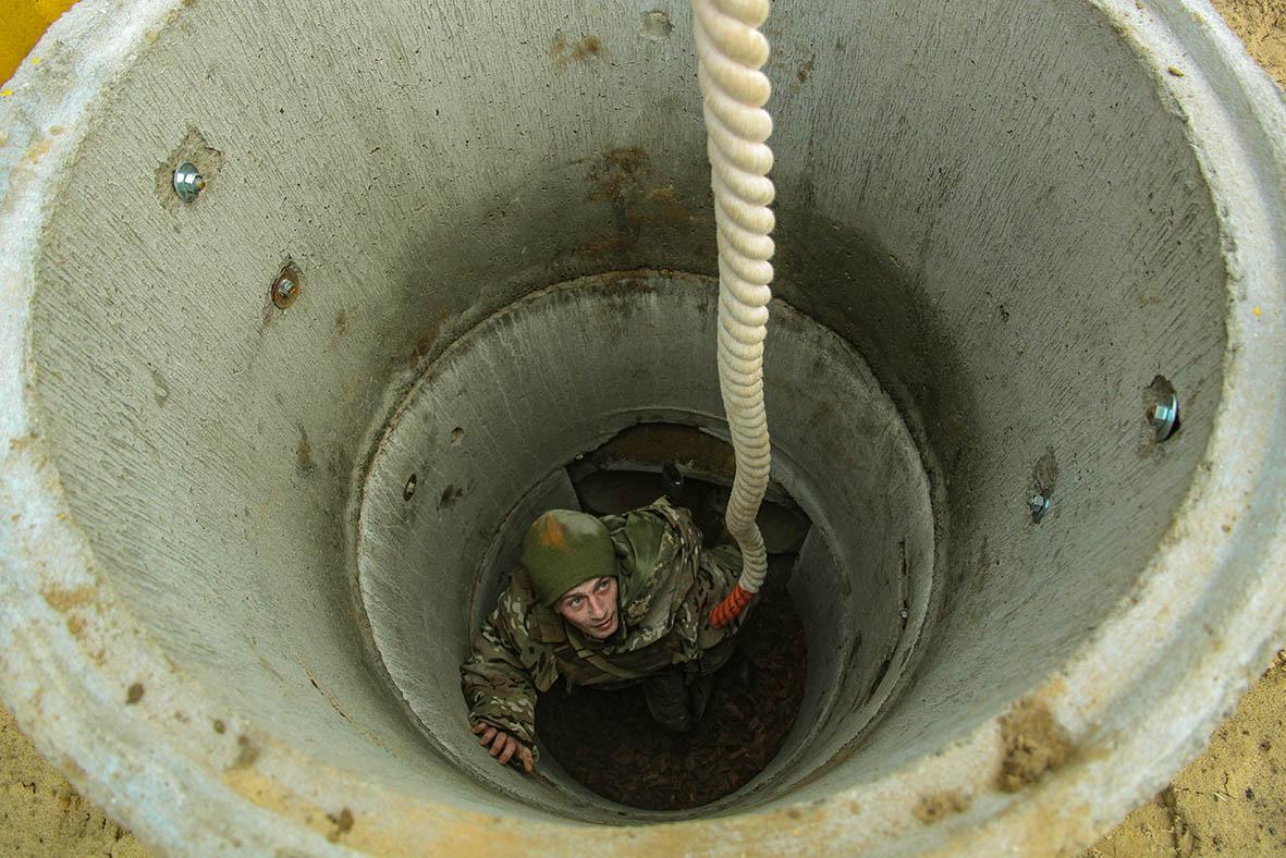 Начинается полоса имитацией десантирования «по-штурмовому» с вертолета / фото mil.gov.ua