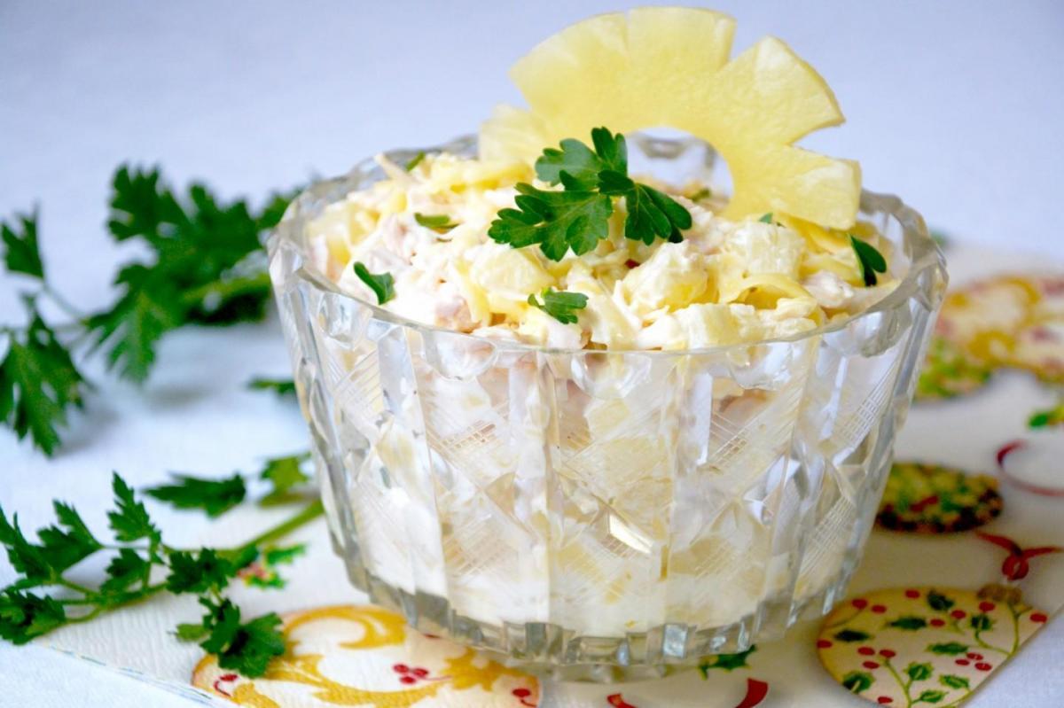 Салат з ананасами / 1000.menu