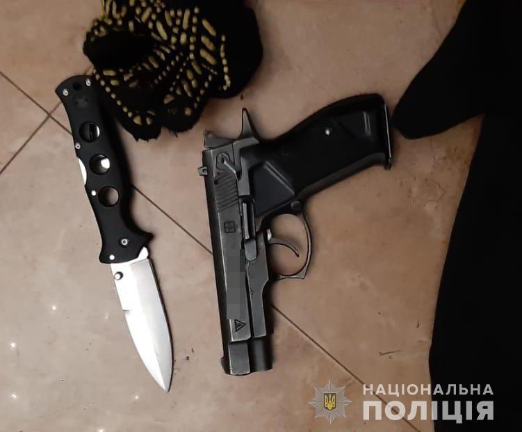 Після викриття грабіжники відкрили стрілянину по поліцейським / фото: Нацполиция