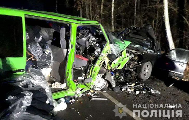 Житель Рівного, керуючи автомобілем Mercedes-Benz E 320, виїхав на зустрічну смугу руху / фото: Нацполиция